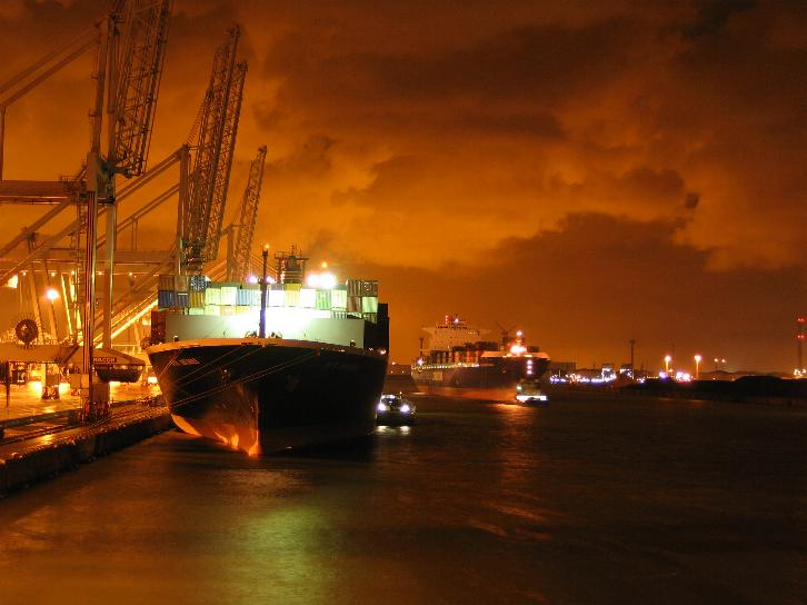 Rotterdam_harbour_by_night.jpg