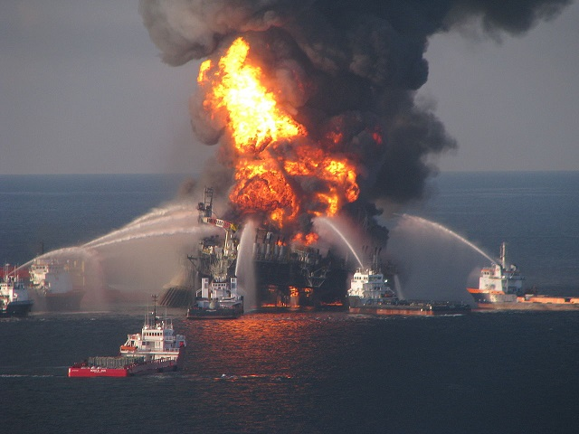 1280px-Deepwater_Horizon_offshore_drilling_unit_on_fire.jpg